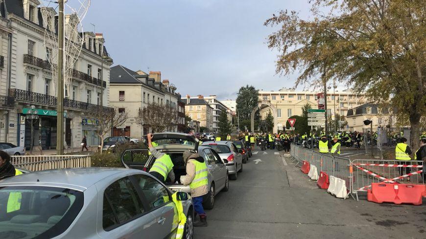 """Les  """"gilets jaunes"""" lors de l'opération escargot, près du parking Montaigne à Périgueux"""