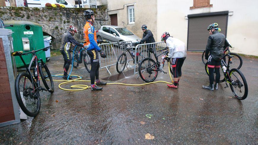 Vent froid, pluie, boue : confirmés ou non, les randonneurs ont bravé les éléments à Chatelus-Malvaleix.