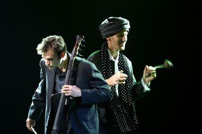 """Le duo Bumcello revient après 6 ans d'absence pour un nouvel (et huitième album) : """"Monster Talk"""". Ils sont ici sur la scène des Victoires du Jazz, au Palais des Festivals à Cannes (2003, France)."""