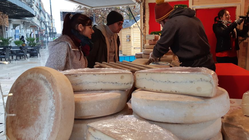 Les Petits Fromagers viennent de Saint-Victor, en Ardèche, pour exposer leurs fromages sur le marché de Noël de Valence.
