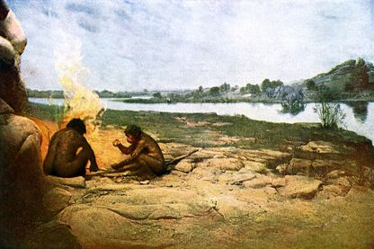 Deux hommes préhistoriques expérimentant le feu