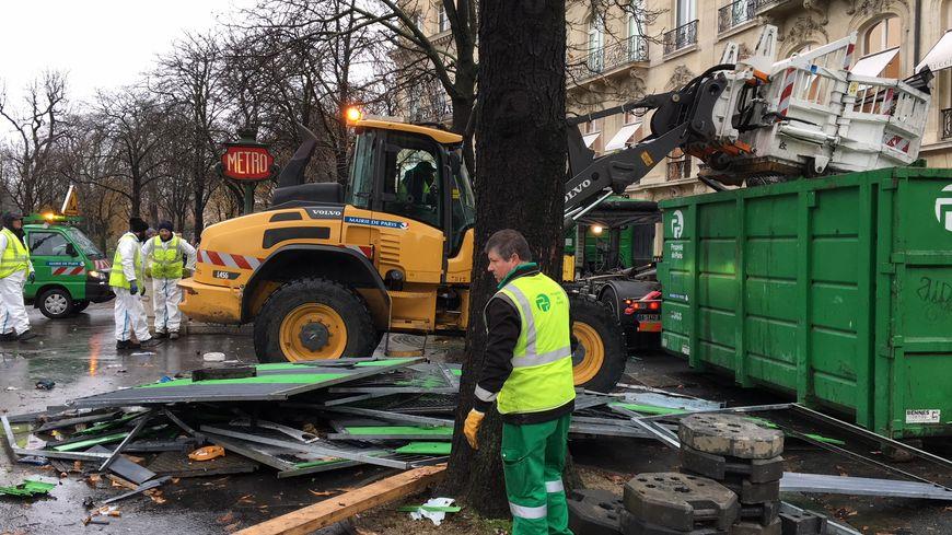 Environ 200 agents de la Ville de Paris ont été mobilisés ce week-end pour effacer les traces de débordements.