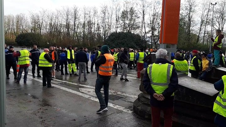 Les gendarmes ont repoussé les manifestants sans violence