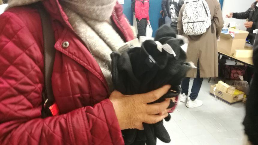 Une bénévole arrive lundi avec une dizaine de paire de gants