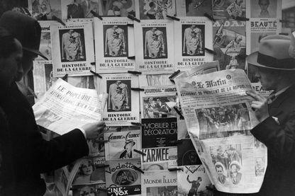 Kiosque à journaux de 1932, présentant déjà tout l'éventail de la presse moderne : journaux à forte titraille et photographies, et magazines de presse.