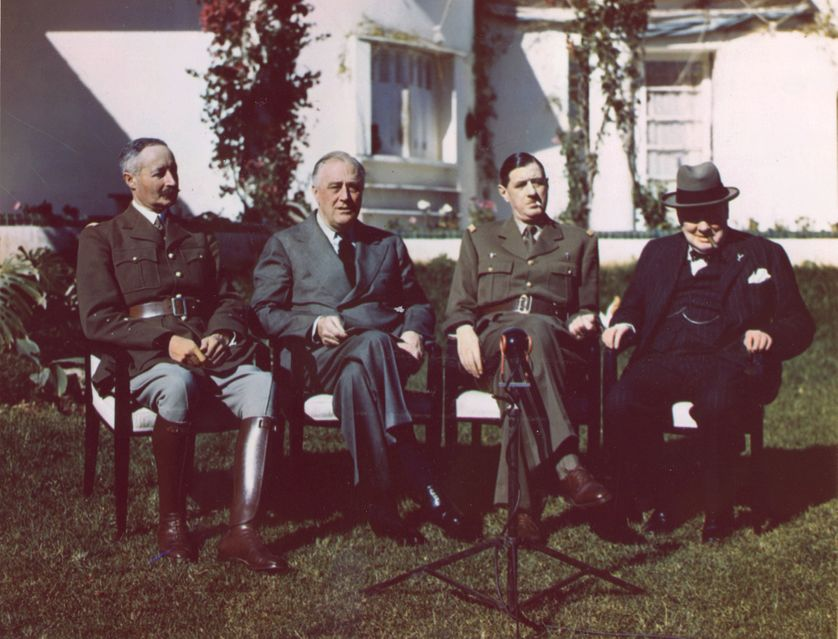 De gauche à droite : le général Henri Giraud, le Président des Etats-Unis Franklin D. Roosevelt, le général Charles de Gaulle et le Premier Ministre britannique Sir Winston Churchill (Casablanca 1943)