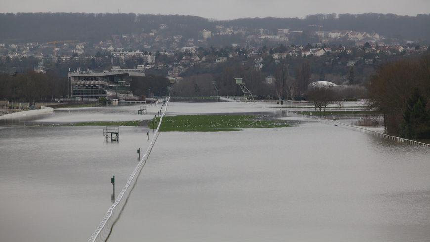 L'hippodrome de Maisons-Laffitte (Yvelines) et sa grande ligne droite inondés par les fortes crues de la Seine en janvier 2018.