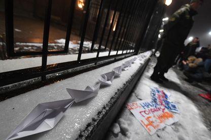 Bateaux en papier posés devant l'ambassade de Russie à Kiev, la capitale ukrainienne, lors d'une manifestation de protestation après l'incident naval russo-ukrainien, le 25 novembre 2018.