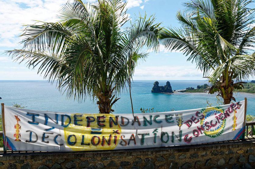 Autour de Hienghène, sur la côte est et au nord de la Nouvelle-Calédonie. Banderole indépendantiste.