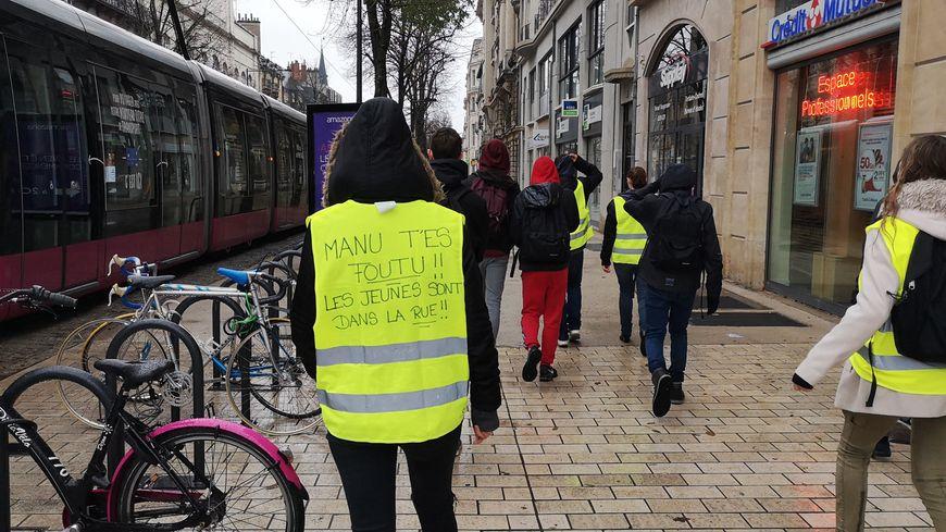 Dans les rues de Dijon, des gilets jaunes portés par des lycéens