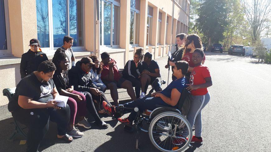 Dans la cour, tous les enfants sont réunis autour d'une enceinte… Un petit moment de détente en groupe.