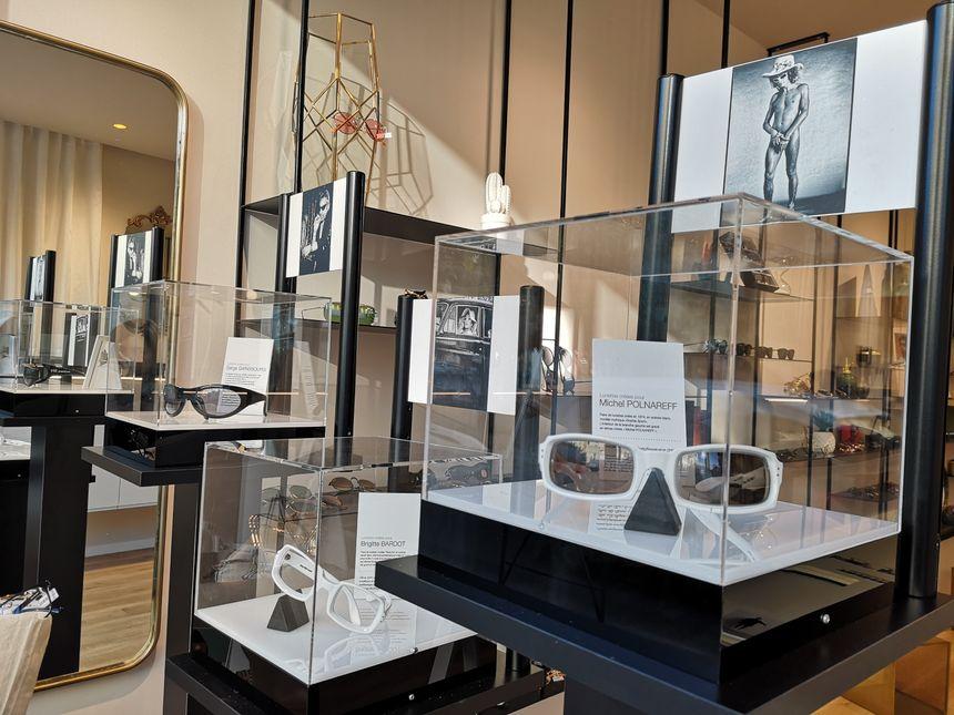 Dans la vitrine, on découvre les lunettes de Michel Polnareff, Brigitte Bardot ou encore Serge Gainsbourg.