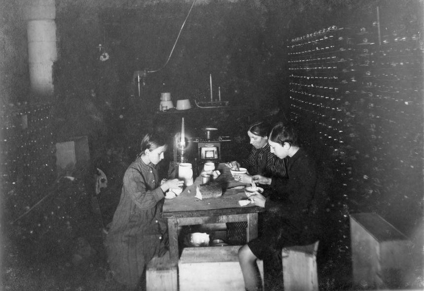 Petit déjeuner dans les caves de la maison Krug pendant la Première Guerre mondiale.