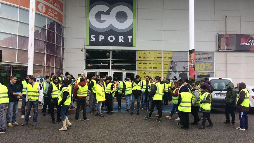 80 gilets jaunes mobilisés ce vendredi à Valence dans la zone commerciale des Couleures