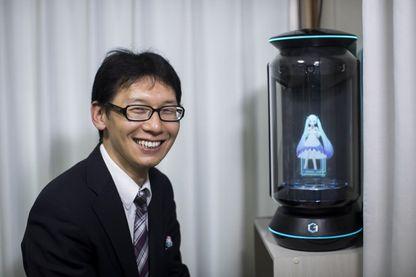 Akihiko Kondo et son épouse virtuelle, Hatsune Miku