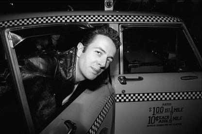 Joe Strummer, musicien punk-rock, des Clash... sortant d'un taxi à l'aéroport JFK (New-York, USA - 26 juillet 1981)