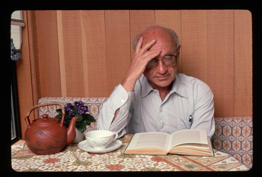 L'économiste Milton Friedman en pleine lecture.