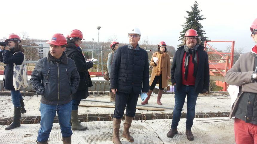Le maire de Bourges, Pascal Blanc, lors de la visite de chantier avec les journalistes.