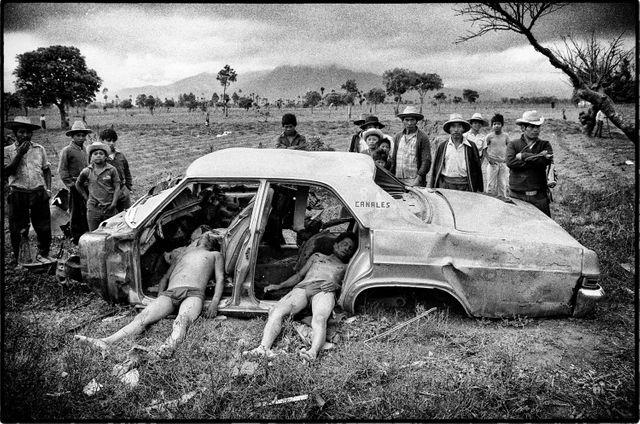 Victimes d'escadrons de la mort.  Route panaméricaine, Guatemala, 3 mars 1982
