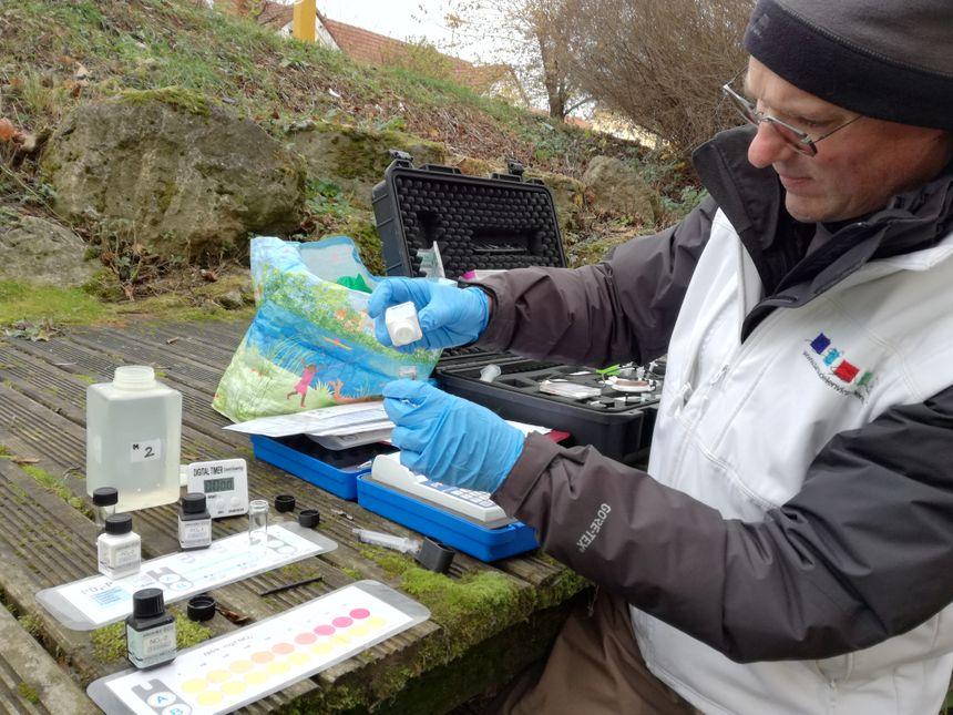Les produits colorimétriques vont permettre de coloriser l'eau et de mesurer le taux de nitrite, comme ici, dans l'eau.