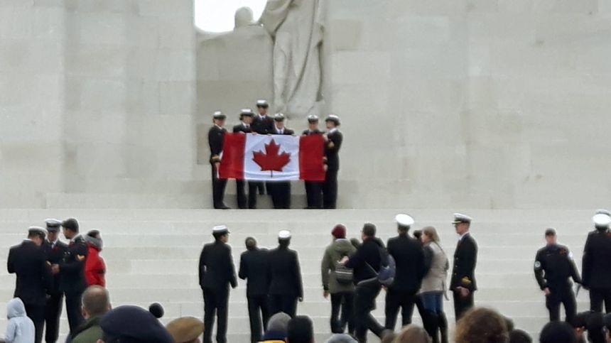Plusieurs délégations de militaires canadiens lors de la remise d'une gerbe au pied du Mémorial  de Vimy.