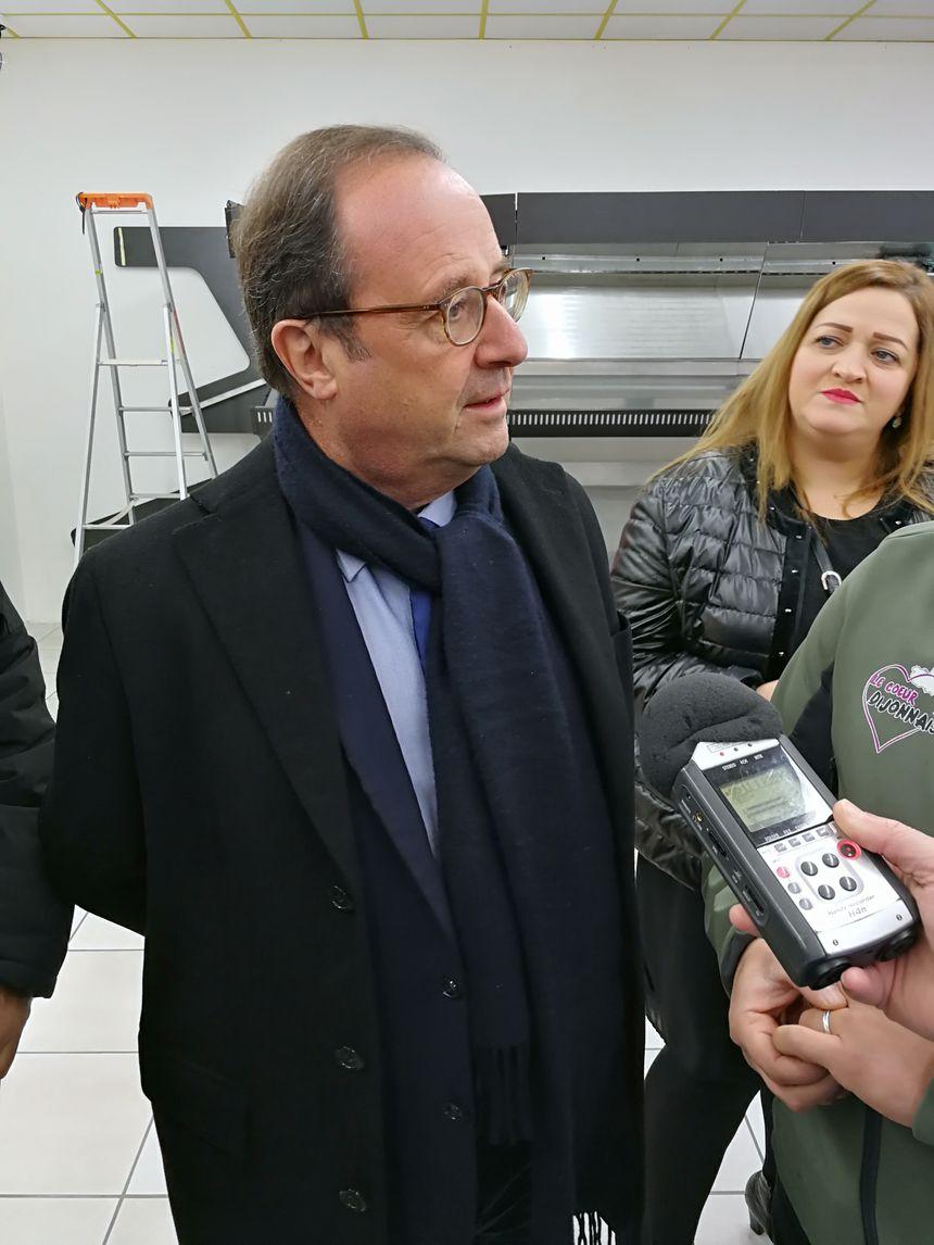 François Hollande a discuté avec le personnel de l'épicerie, il a même pris un petit papier tendue par une bénéficiaire