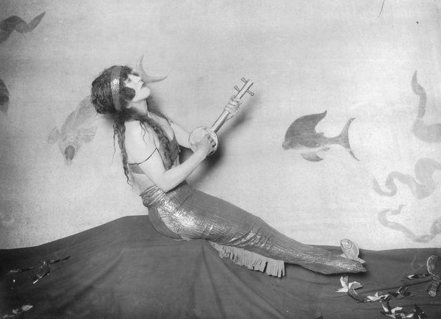 """La nageuse et actrice australienne, Annette Kellerman (1886-1975) : la véritable toute première """"sirène"""" d'Hollywood. Elle tourna dans plusieurs films muets aquatiques entre 1909 et 1924"""