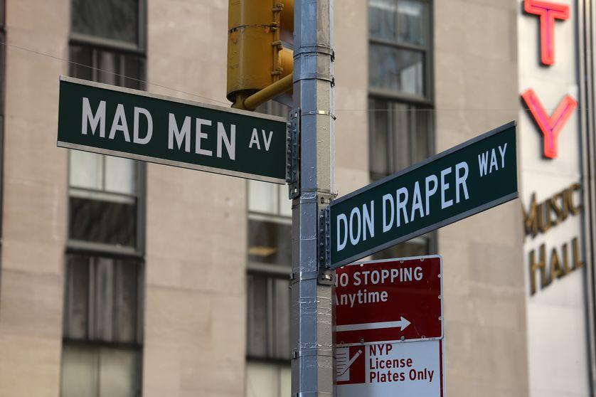 Plaques de rues installées en 2015, à l'occasion de l'inauguration du banc à l'effigie du personnage de Don Draper, au 1271 Avenue of the Americas, Manhattan à New York