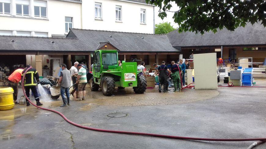 Une opération de nettoyage dans l'école du Genest-Saint-Isle, en juin dernier.