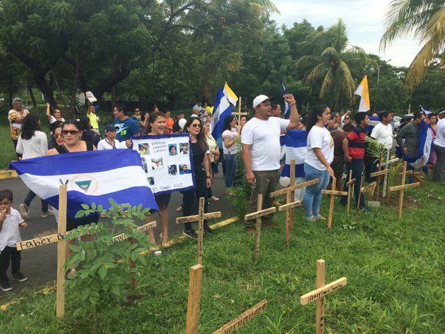 Les opposants plantent des croix dans le jardin de la cathédrale de Managua, en hommage aux personnes tuées lors des manifestations