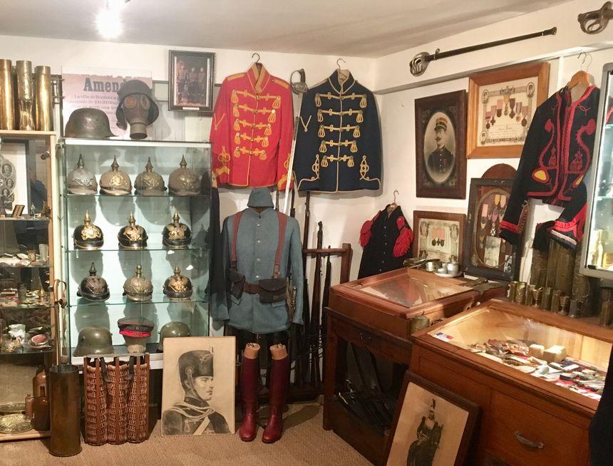 Des uniformes, des casques, des petits objets fabriqués par les soldats... Bernard Dumeige expose tous les vestiges de la Grande guerre qu'il a récoltés.