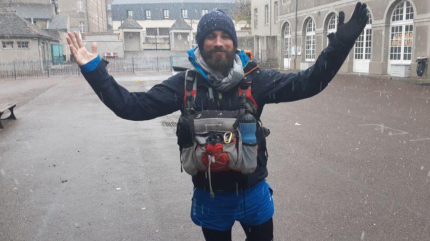 Julien Moreau prêt à affronter la neige avant de relier Autun à Saulieu à pied.