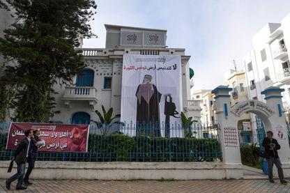 Le Syndicat des journalistes tunisiens a accroché sur son siège, lundi 26 novembre, cette banderole visant clairement le prince héritier saoudien, en référence à l'affaire Khashoggi.