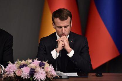 Le président français Emmanuel Macron pendant une conférence au cours d'un sommet appelé à tenter de trouver une solution politique durable à la guerre civile en Syrie, le 27 octobre 2018.
