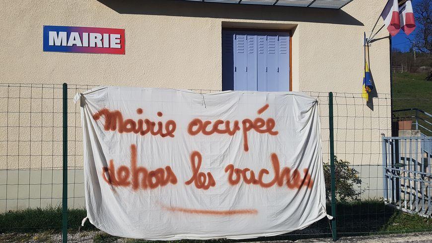 Ambiance devant la mairie du petit village d'Establet