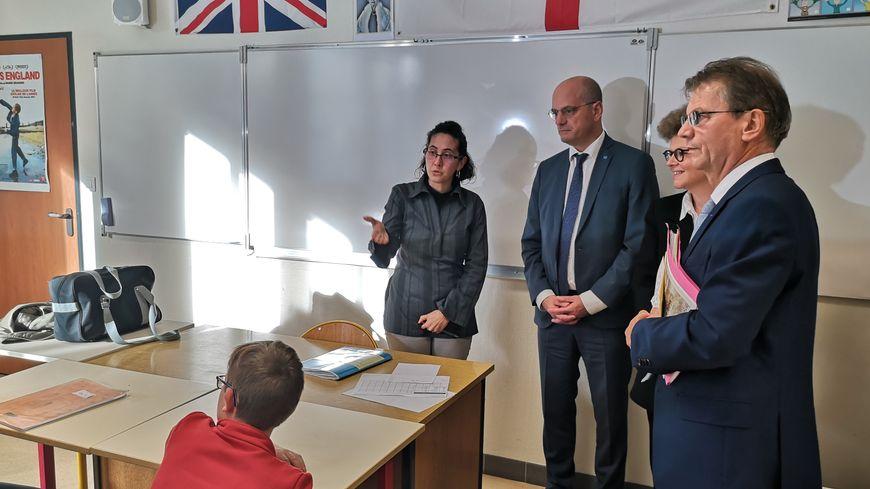 Jean-Michel Blanquer ( 2e en partant de la gauche) a assisté à une séance de devoirs faits au collège.