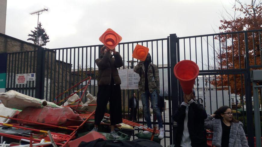 Blocage devant le lycée Pothier à Orléans