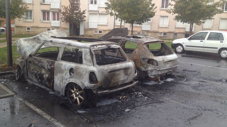 Ces deux voitures ont brûlé rue Hansen, d'autres se trouvaient rue Roland-Garros.