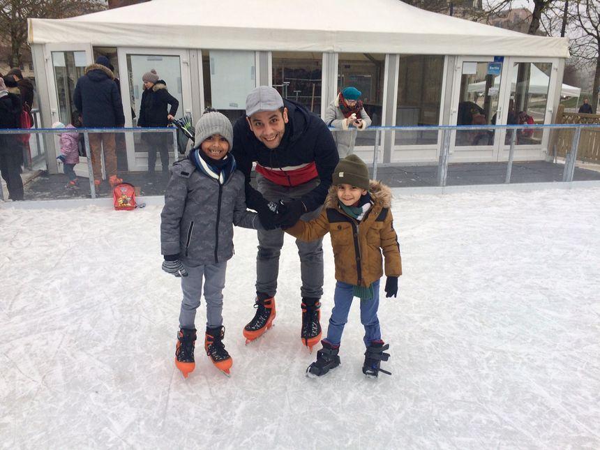 Zahir, Islem et leur papa Anouar dans leurs premières glisses