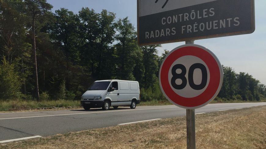 Depuis le 1er juillet 2018, il faut rouler à 80 km/h sur la plupart des routes du réseau secondaire.
