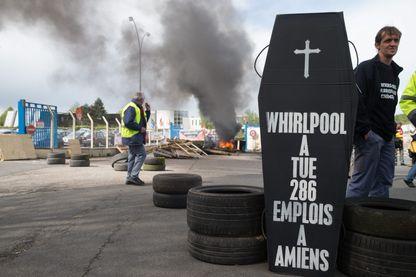 26 avril 2017 des employés manifestent devant l'usine Whirlpool d'Amiens pour protester contre la délocalisation prochaine de l'usine