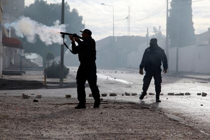 Des policiers tunisiens tirent des grenades lacrymogènes en direction des manifestants à Kasserine, à 270 kilomètres au sud-ouest de Tunis, le 25 décembre 2018.