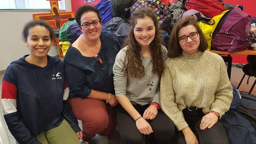 Virginie Mennechez, entourée de Sirine, Charlotte et Sophie, élèves au lycée Sacré Coeur de Tourcoing