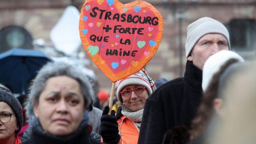 Les Strasbourgeois ont rendu hommage aux victimes dimanche matin.