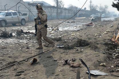 Un soldat afghan sur le site d'un attentat suicide à Kaboul fin novembre