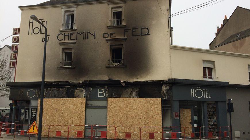 L'hôtel-restaurant Le Chemin de Fer a été incendié le 22 décembre, à Laval.