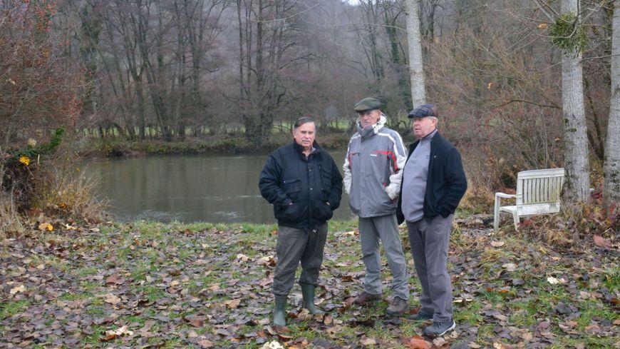 Jean Louis Noris, le maire de Bourguignon, entouré de son adjoint Gilbert Gallecier (à droite) et de André Linderme (à gauche) du Samu de l'Environnement.