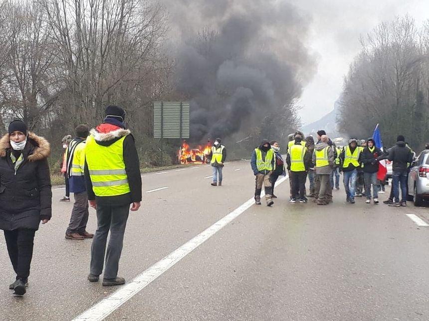Une voiture a été incendiée en marge du rassemblement
