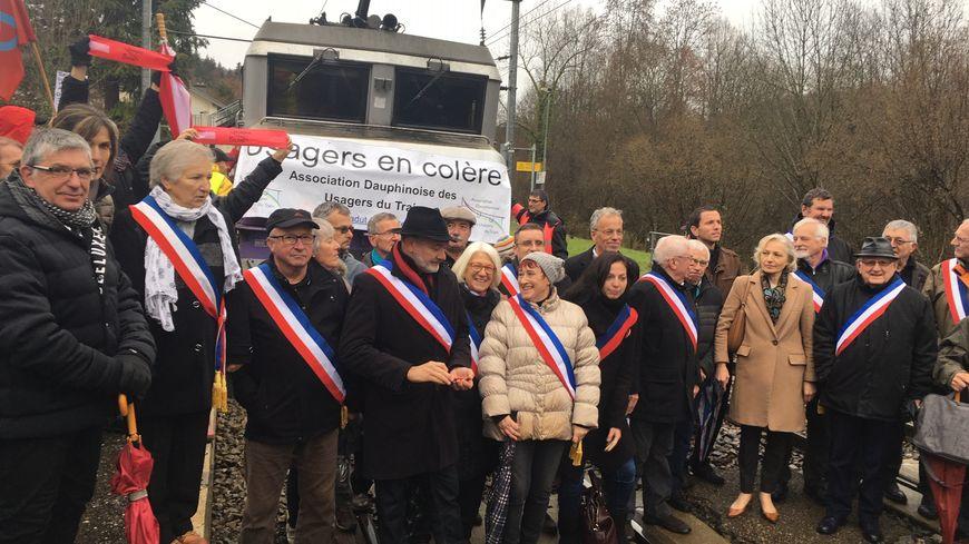 Une quinzaine d'élus ont notamment bloqué un train en gare de Lépin-le-Lac pendant plusieurs minutes.