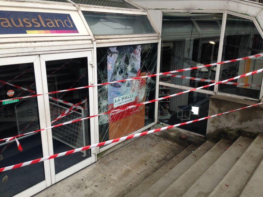 À l'entrée de Centre Deux, des casseurs ont lancé des pavés sur des vitrines le 1er décembre 2018
